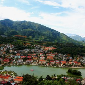 VN.Sa_Pa_Ham_Rong_Mountain Der Blick auf die Stadt Sa Pa mit See vor der Bergkulisse des Ham Rong Mountains.