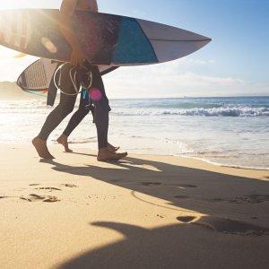 AU.Bondi Beach.Surfer Surfer am Morgen am Bondi Beach