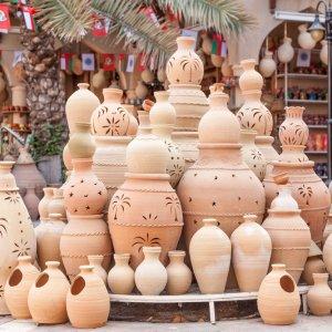 OM.Nizwa.Souk Terrakotta Töpfe, die auf dem Souk von Nizwa zum Kauf angeboten werden