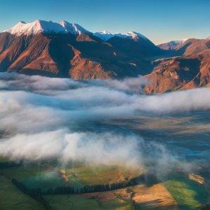 NZ.Christchurch_Canterbury_Plains Der Blick auf die im Nebel umhüllten Berggipfel der Canterbury Plains.