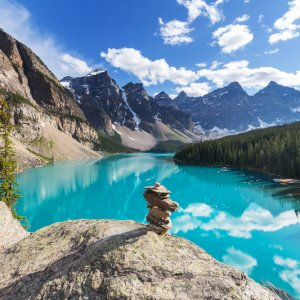 "CA.Banff_Nationalpark_See Türkisblauer Gebirgssee ""Moraine Lake"" im Banff Nationalpark, Kanada"