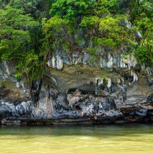Mit Mangroven bewachsene Felsen im Gebiet der Bucht Phang Nga in Thailand