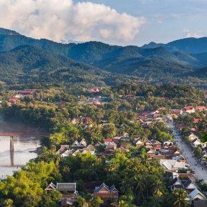 LA.Luang_Prabang_Header Der Blick von oben auf die Stadt Luang Prabang umgeben von Natur und Bergen in Laos.