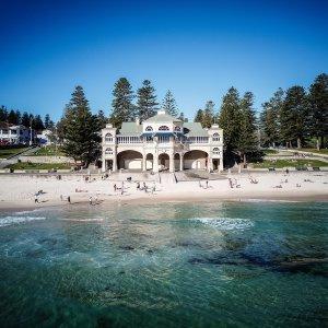 AU.Perth_Cottesloe_Beach Der Stadtstrand von Cottesloe Beach mit seinem berühmten Badehaus.