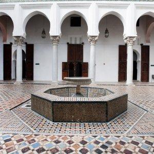 """MA.Tanger.Museum Brunnen inmitten von wunderschöner marokkanischer Innenarchitektur im """"Dar El Makhzen Museum"""" in Tanger, Marokko"""