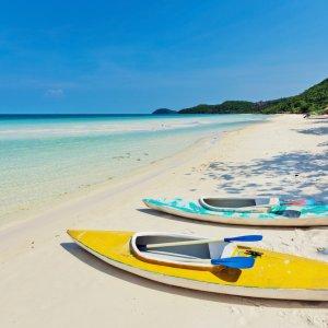VN.Phu_Quoc_Strände_Wassersport Der Blick auf zwei bunte Kajaks am Strand.