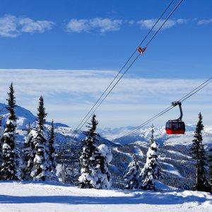 Rote Kabine eines Skilift auf schneebedeckten Berg in Whistler, Kanada