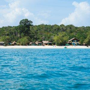 KH.Koh_Rong_Samloem_Strand Der Blick vom Meer auf den Strand und die Insel Koh Rong Samloem.