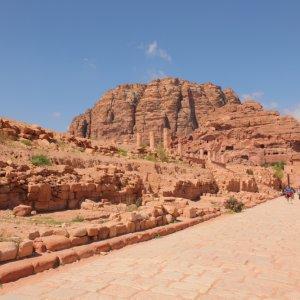 JO.Wadi Musa Bauwerke Der Blick aus der Ferne auf historische Bauwerke umgeben von roten Felsen und Steinen in der Region Wadi Musa, Jordanien.
