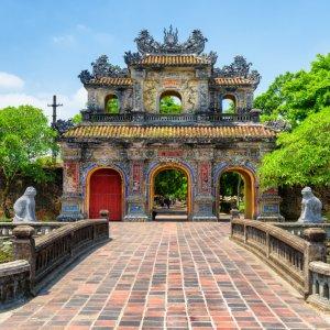 VN.Hue.Zitadelle 4 Brücke vor einem bunten Torbogen im Garten der Zitadelle von Hue.