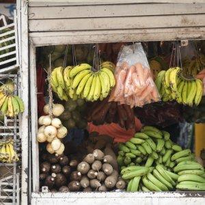 CR.San_Jose_Marktstand Der Blick auf einen Marktstand mit Früchten und Gemüse.