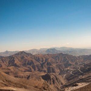 "OM.Al_Hamra_Jebel_Shams Beeindruckender Blick auf den größten Berg im Oman, den ""Jebel Shams"" direkt am Fuße des alten Dorfes ""Al Hamra"""