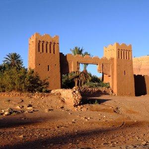 MA.Ait Ben Haddou Tor Zwei Lehmtürme bilden ein Eingangstor in Ait Ben Haddou, Marokko