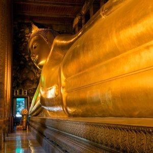 Die riesen große liegende Buddha Statue im Wat Pho in Bangkok