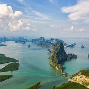 Der Nationalpark Ao Phang-nga in Thailand aus der Vogelperspektive