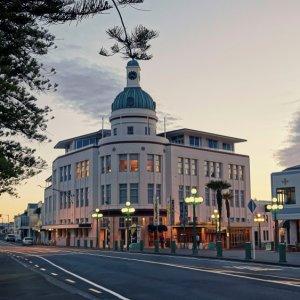 NZ.Napier_T&G_Dome Der Blick auf den T&G Dome der Stadt im Art-decó-Stil.