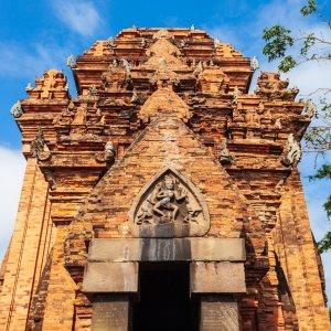 VN.Po_Nagar_Goettin In Stein gemeizelte Abbildung der Tempelgöttin über dem Eingang des Tempels Po Nagar in Vietnam
