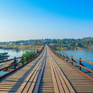 TH.AR.Kanchanaburi Moon Bridge Die hölzerne Moon Brücke bei Tag