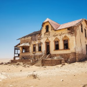 NA.POI.Kolmanskop 2 Ein verlassenes Gebäude bei Tag