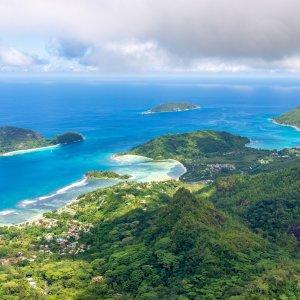 SC.Morne_Blanc Der Blick vom Morne Blanc aus über die grünen Wälder und blaue Küste im Morne Seychellois Nationalpark