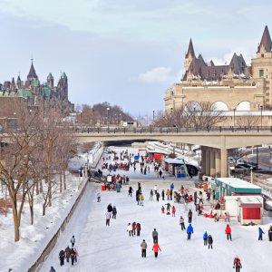 CA.Ottawa.Kanal Menschen laufen Schlittschuh auf dem zugefrorenen Rideau-Kanal in Ottawa, Kanada