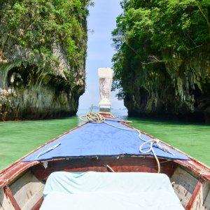 Longboat auf seinem Weg durch die Bucht Phang Nga in Thailand