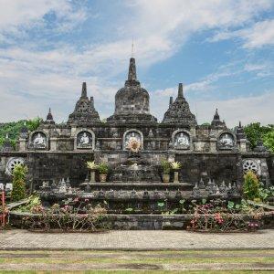 Bali.Lovina.Tempel Buddhistischer Tempel mit zwei goldenen Statuen an der linken und rechten Seite