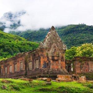 LA.Champasak_Header Der Blick auf die Ruinen des Wat Phou Champasak in der Nähe der Stadt Champasak, Laos.