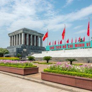 VN.Hanoi_Ho-Chi-Minh_Mausoleum Der Blick auf das prachtvolle Ho-Chi-Minh-Mausoleum mit Fahnen und bunten Blumen im Vordergrund.