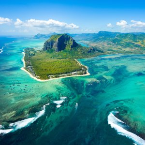 """MU.Westkueste.Le_Morne Luftaufnahme der grün bewachsenen Halbinsel """"Le Morne"""" im blau türkisen Ozean"""