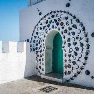 MA.Asilah.Tuer Verzierter Hauseingang mit grüner Tür in der Stadt Asilah, Marokko