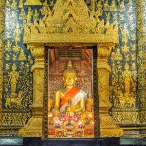Laos.Wat_Xieng_Thong_Bhudda Der gold bemalte Eingang des Wat Xieng Thong eröffnet einen Einblick in das Spirituelle innere des Tempels.