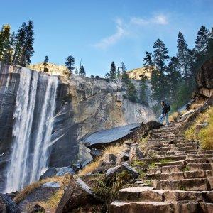 US.AR.Yosemite Nationalparl Wasserfall Blick auf einen Mann vor einem Wasserfall