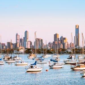 AU.Melbourne_St_Kilda_Pier Der Blick auf die von Booten übersäten Bucht bei St. Kilda während Sonnenuntergang.