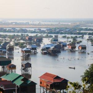 KH.Siem_Reap_Tonle_Sap_See Der Blick auf bunte Pfahlbauten im See Tonle Sap nahe der Stadt Siem Reap, Kambodscha.