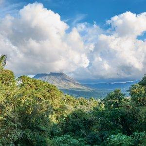 CR.Vulkan Arenal 6 Blick über die tropischen Wälder mit dem Vulkan Arenal im Hintergrund