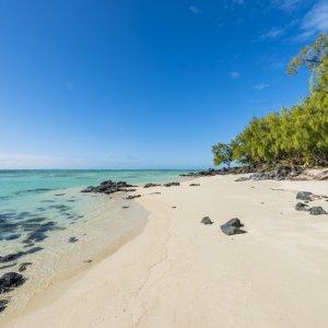 MU.Île_aux_Cerfs_Strand Ein leerer Sandstrand vor türkisfarbenem Meer