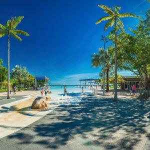 AU.Cairns_Esplanade_Lagoon Der Blick auf die Pool-Landschaft der Lagune von Cairns.