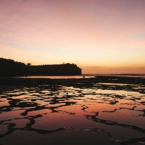 Bali.Kuta.Sonnenuntergang Konturen der balinesischen Küstenregion im lilafarbener Sonnenuntergang