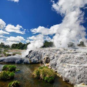 NZ.Rotorua_Pohutu_Geysir Der Blick über den ausbrechenden Pohutu-Geysir.