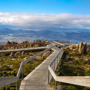 AU.Hobart_Mount_Wellington Der Blick auf einen hölzernen Wanderweg auf dem Mount Wellington.
