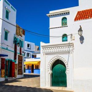 MA.Asilah.Medina Schöne Ansicht der Straße mit typischer arabischer Architektur in Asilah, Marokko