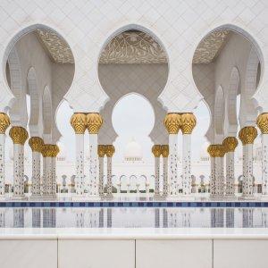 UAE.Scheich-Zayid-Moschee_Säulen Die Pools mit den Säulen der Arkaden im Hintergrund