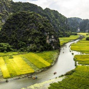 VN.Ninh_Binh_Trockene_Halong_Bucht Der Blick auf einen Fluss, zahlreiche Kalkfelsen und grüne Reisfelder.