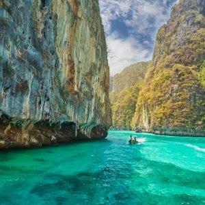 TH.AR.Ko Phi Phi Blick auf Felsen im Meer