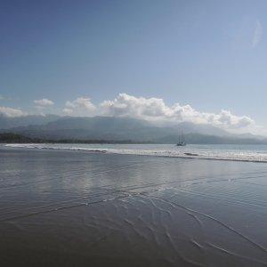 CR.Uvita_Strand_Boot Der Blick auf den Strand von Uvita im Marino Ballena Nationalpark in Costa Rica.