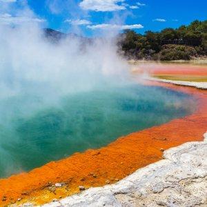 NZ.Rotorua_Wai-O-Tapu_Champagne_Pool Der mit Nebel bedeckte farbenfrohe Champagne Pool im Geothermalgebiet Wai-O-Tapu.