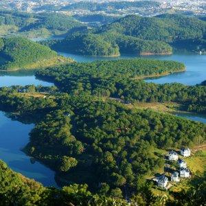 VN.Dalat_Tuyen_Lam_See Der Blick auf grüne Inseln, Wäldern und Seen.