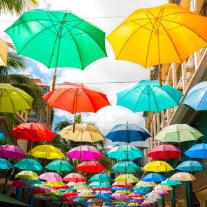 MU.Port Louis Schirme Mehrfarbige Schirme hängen von der Decke der Le Caudan Waterfront in Port Louis der Hauptstadt von Mauritius