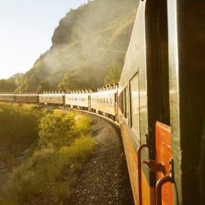 MX.Copper_Canyon_Zug Der Chepe Zug fahrend beim Sonnenaufgang im Copper Canyon